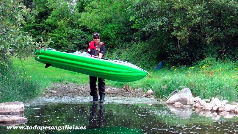 metiendo-kayak-en-el-agua